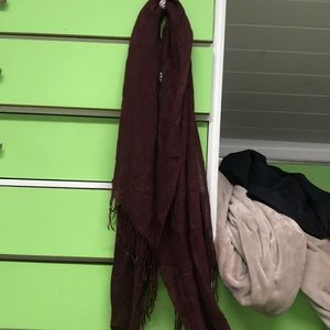 Maroon scarf with fringes